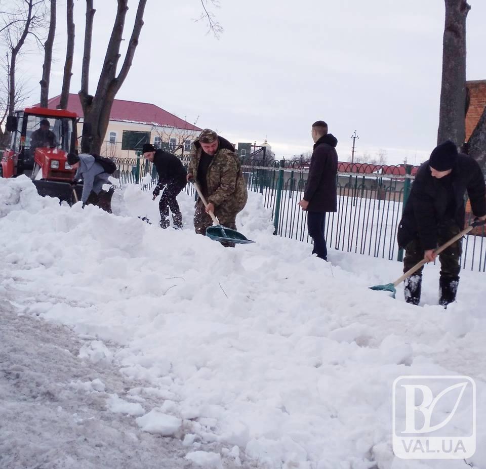 У Коропі чистять тротуари активісти. ФОТО