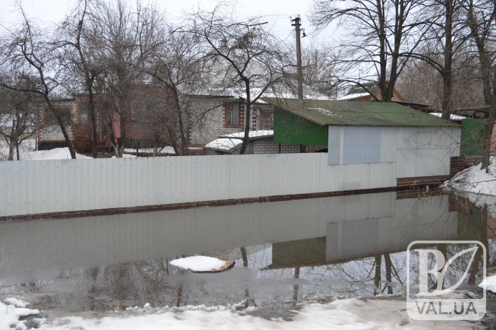 Кілька будинків у Чернігові підтопило водою. ФОТО