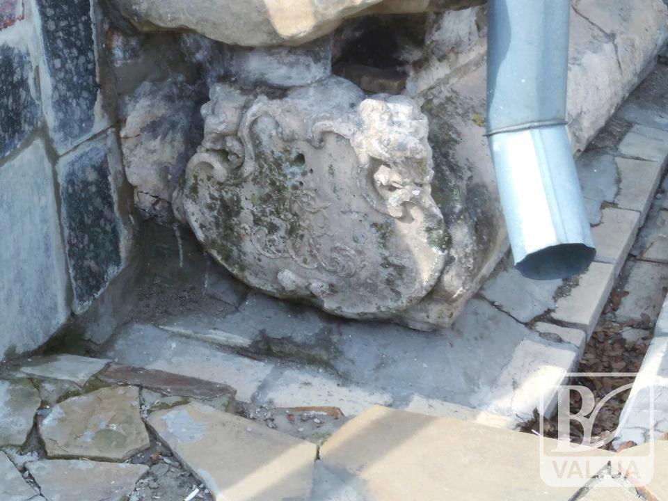 Неймовірне поруч: в основу стіни чернігівського Колегіуму потрапив надгробок. ФОТО