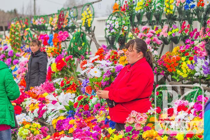 Чернігівці завалили штучними квітами Яцево. ФОТОрепортаж