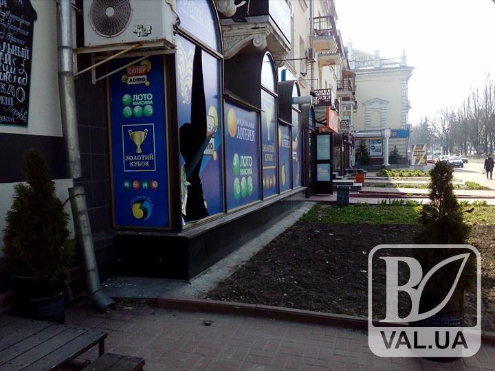 У центрі Чернігова розтрощили вітрину Національної лотереї. ФОТОфакт