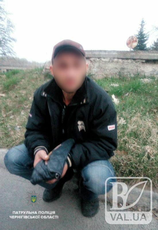 Чернігівець розгулював містом з пістолетом та викраденою жіночою сумочкою. ФОТО