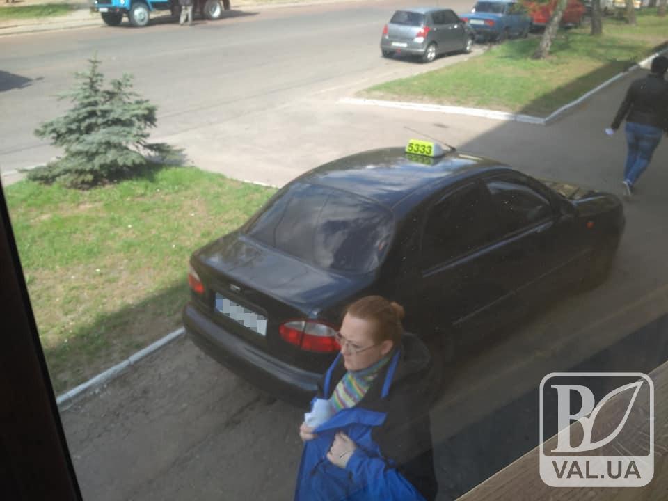 А нам все одно: чернігівські водії вигадали свій шлях об'їзду ремонту на Мазепи. ФОТО