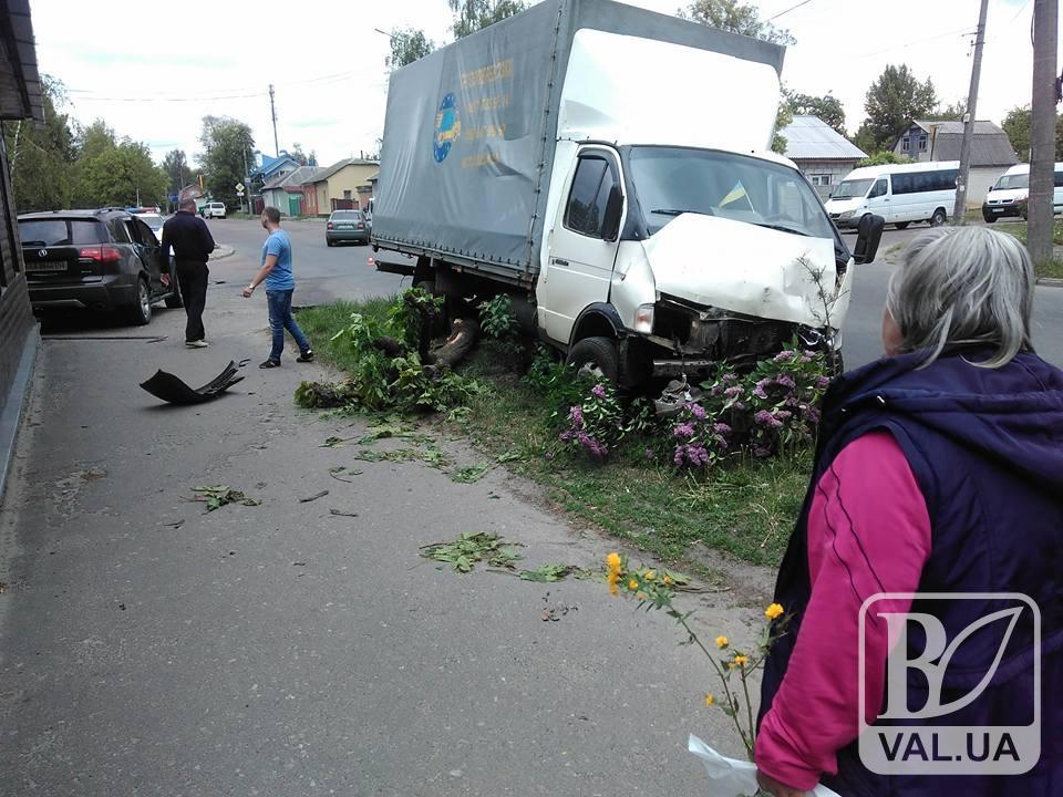 На перехресті Київської та Грибоєдова позашляховик втаранився в ГАЗЕЛЬ. ФОТО