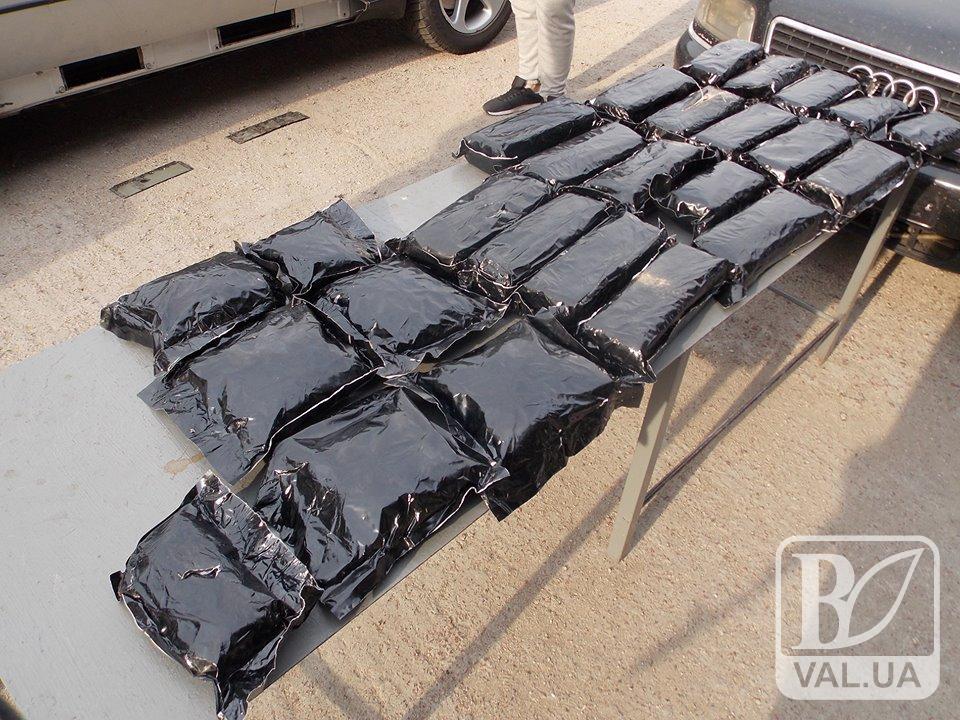 Громадянин Литви намагався перевезти через кордон 26 кг героїну та медичного опіуму сирця. ФОТО