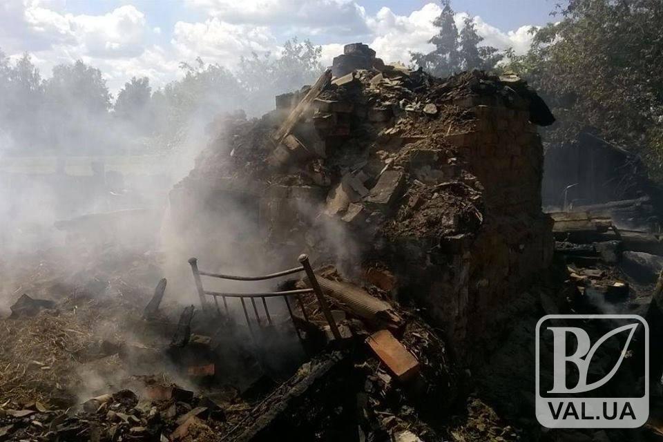 У Сновському районі дотла згоріли будинок і літня кухня. ФОТО