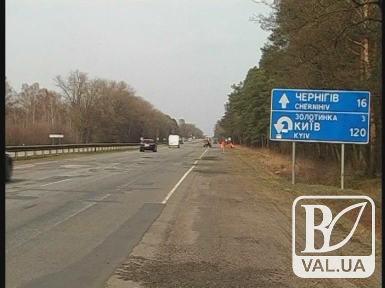 Чернігівські дорожники привели до ладу узбіччя на київській трасі
