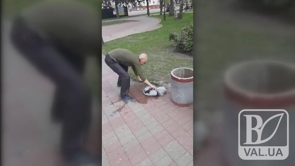 Чернігівець надзюрив у центрі міста і отримав підсрачника. ВІДЕО