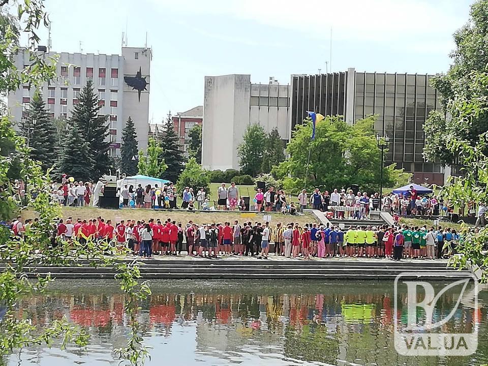 Водяні змагання: чернігівці і латвійці гребуть веслами. ФОТО