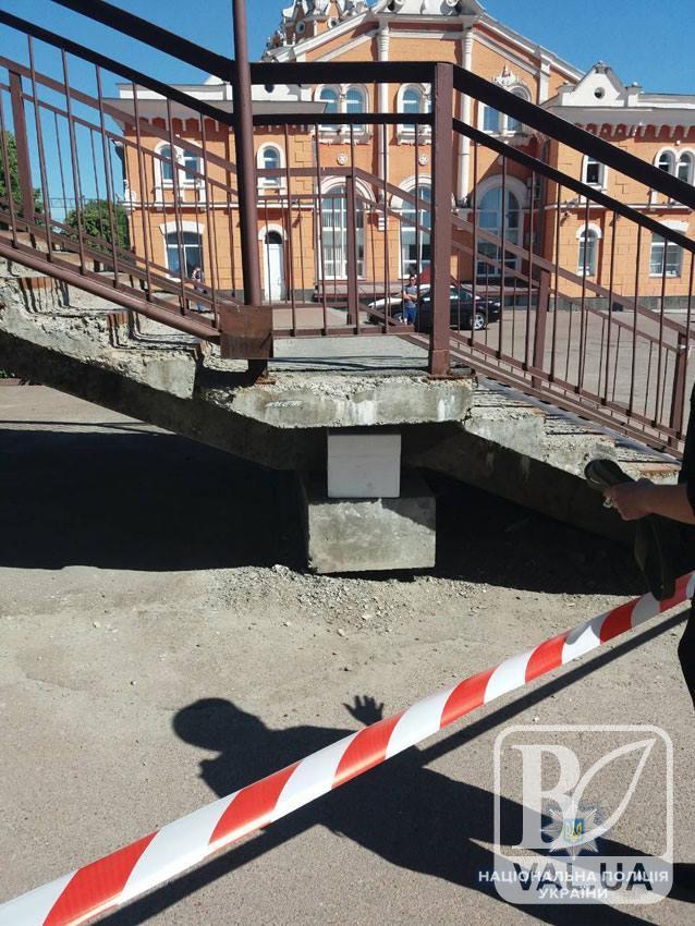 На залізничному вокзалі під мостом виявили підозрілу коробку. ФОТО