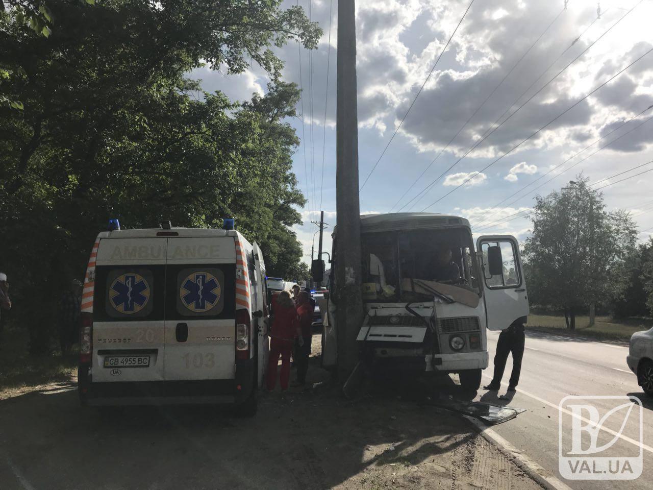 На Бобровиці маршрутка «влетіла» у стовп. Є постраждалі. ФОТО