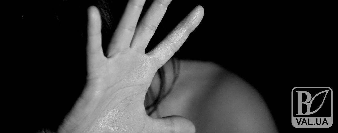 На Чернігівщині чоловік під погрозою сокири зґвалтував жінку