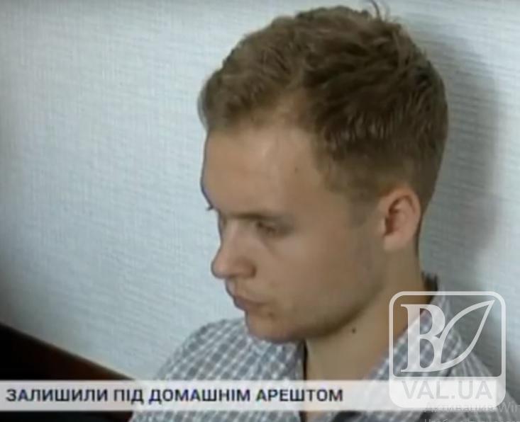 Юнака з Чернігівщини, якого підозрюють у справлянні потреби на меморіал, взяли під домашній арешт