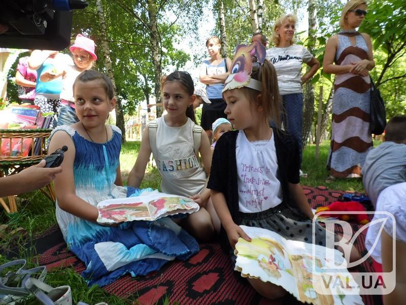 Чернігівських дітлахів запрошують щовівторка на книжковий пікнік до Березового гаю. ФОТО