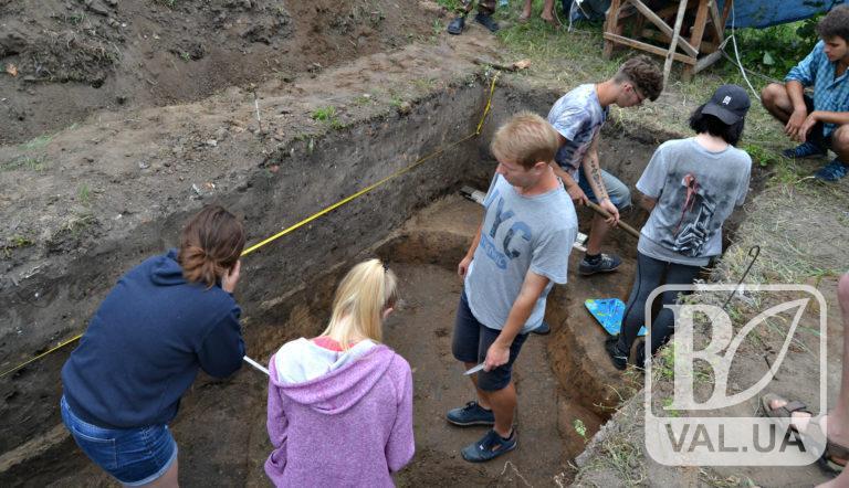 Фундаменти храму та серію поховань розкопали археологи у Ніжині. ФОТО