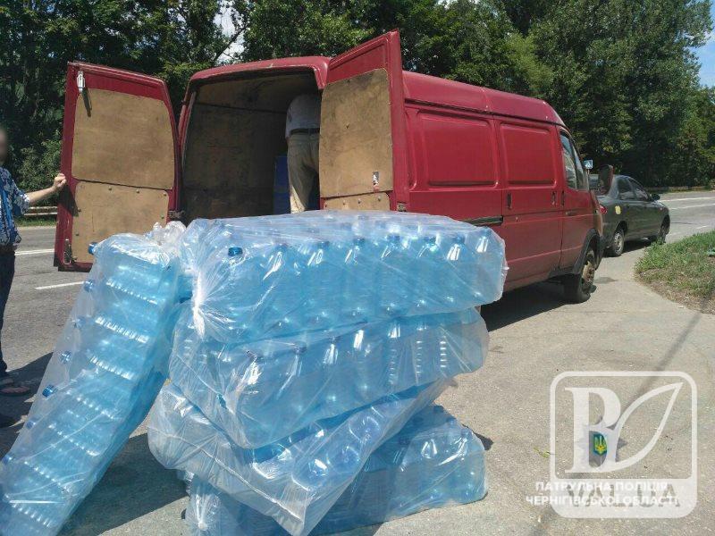 На в'їзді до Чернігова зупинили мікроавтобус з понад 2 тоннами спиртовмісної рідини. ФОТО