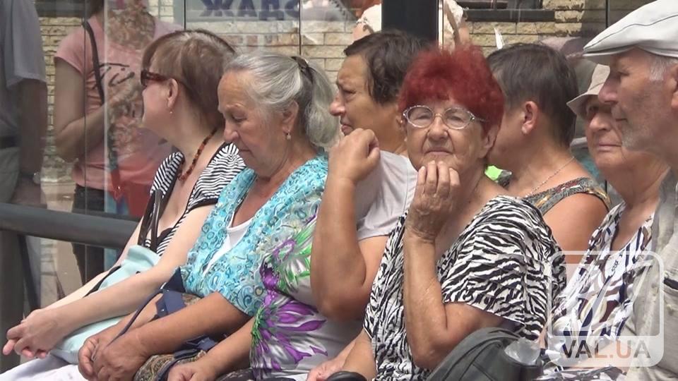 Сонячне випробування: чернігівці знемагають на зупинках. ВІДЕО