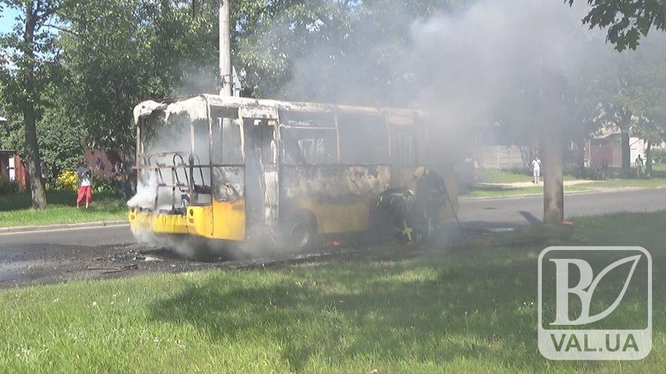 Три вогнегасники та обпечені руки: водій палаючої маршрутки рятував пасажирів. ВІДЕО