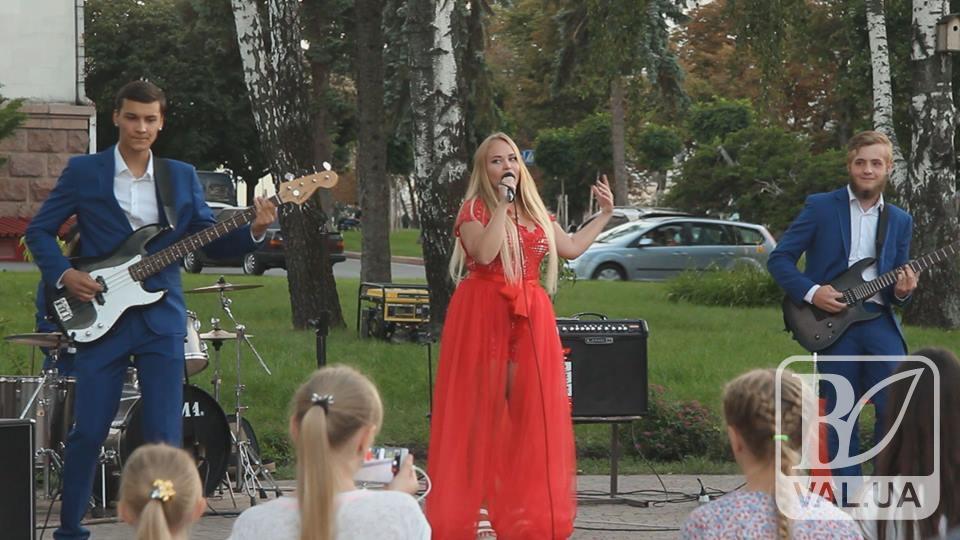 Атмосферний вечір в центрі Чернігова: молодь обирає позитив. ВІДЕО