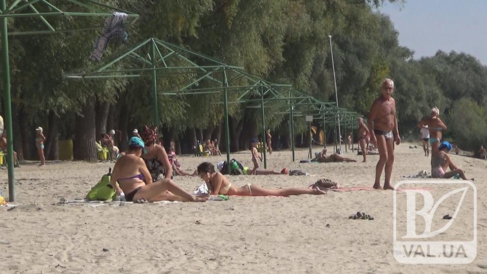 """Теплий вересень: чернігівці все ще купаються в Десні і засмагають на """"Золотому"""". ВІДЕО"""