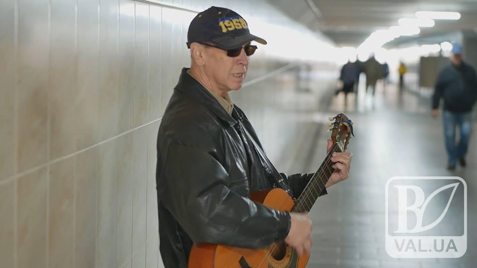 Жива музика в середмісті: що штовхає вуличних музикантів грати для чернігівців. ВІДЕО
