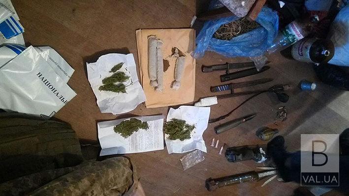 У Бобровиці поліція вилучили наркотики та зброю у чоловіка, який тероризував місцеве населення. ФОТО