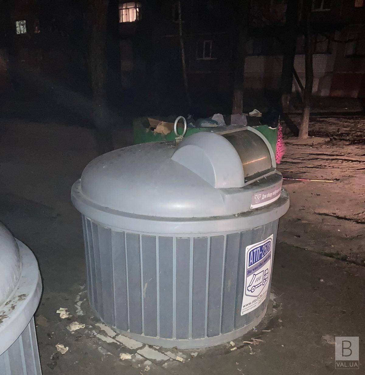 У Чернігові вандали спалили підземний бак для сміття у новорічну ніч. ФОТО
