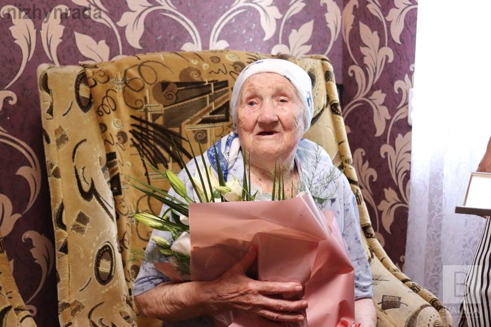 100-річна Надія Колесник знає секрет соління ніжинських огірків. ФОТО