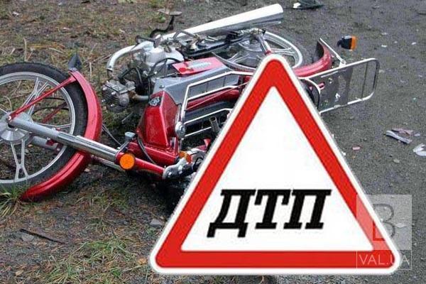 На Ніжинщині «Тoyota RAV4» зіткнулася з мопедом: троє людей травмувалися