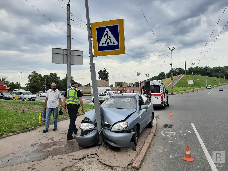У Чернігові біля Болдиних гір автівка влетіла в дорожній знак. ФОТОфакт
