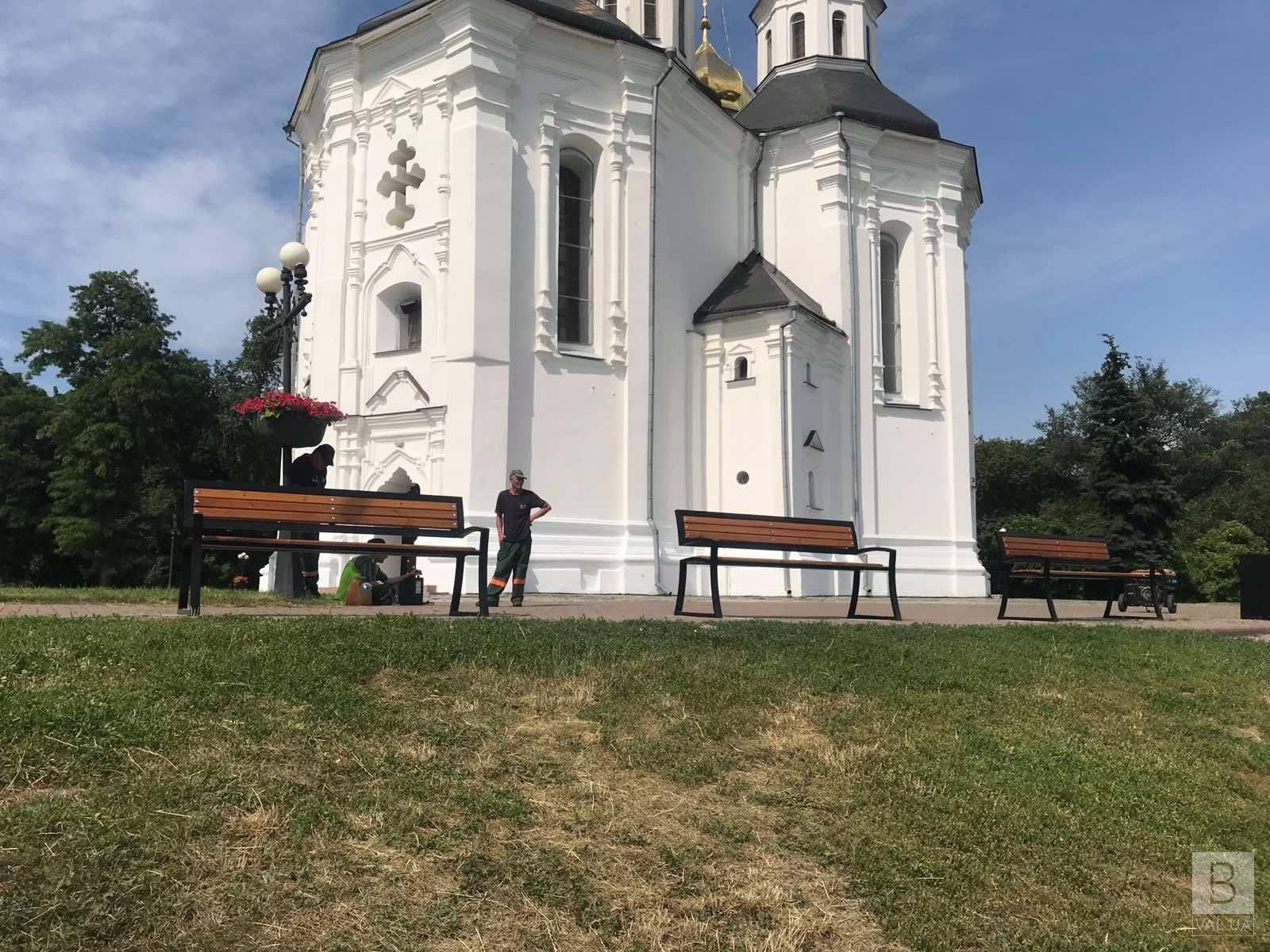 Біля Катерининської церкви встановили нові лавки. ФОТОфакт