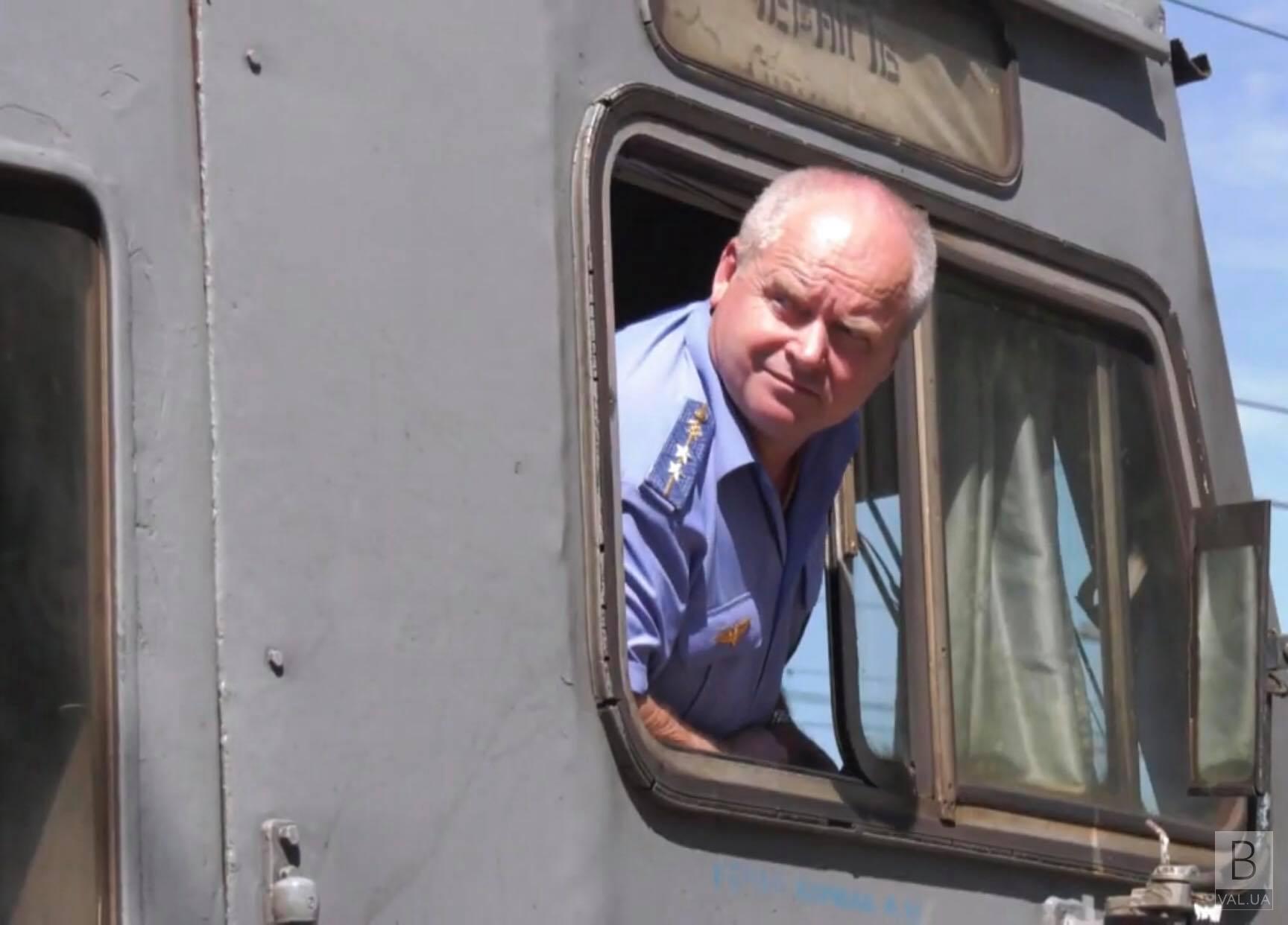 Оркестр та море квітів: як у Чернігові проводжали машиніста потяга на пенсію? ВІДЕО