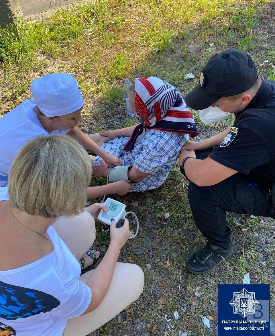 У Чернігові патрульні допомогли бабусі, яка знепритомніла