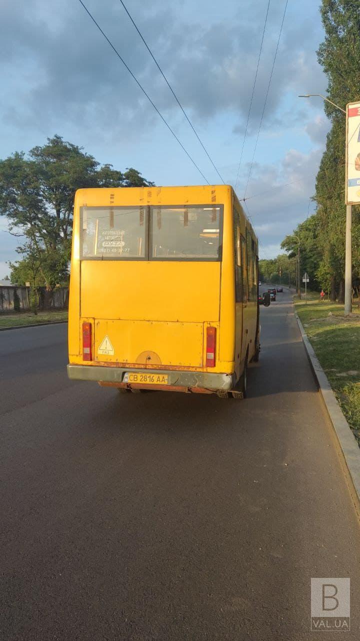 У Чернігові з маршрутки №3 під час руху випав пасажир: чоловіка шпиталізували