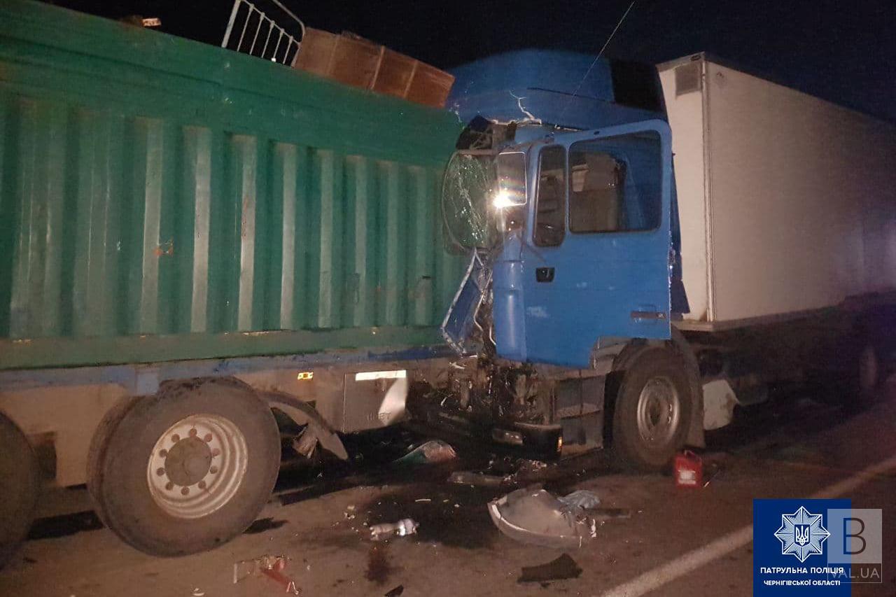 У нічній ДТП на трасі «Київ-Чернігів» за участю фур постраждали дві людини. ФОТО