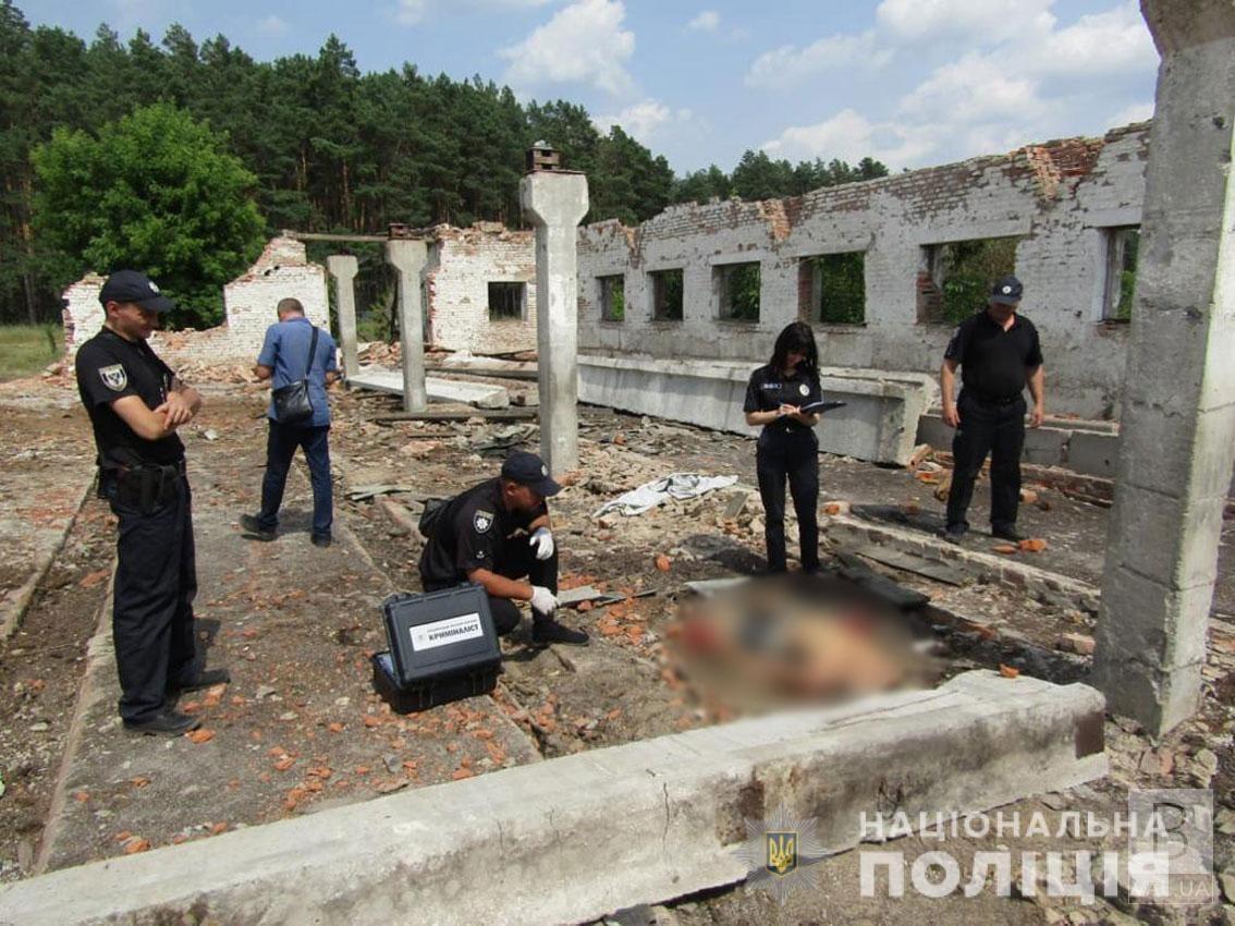 На Чернігівщині двох чоловіків привалило бетонними конструкціями: один загинув, інший — в лікарні