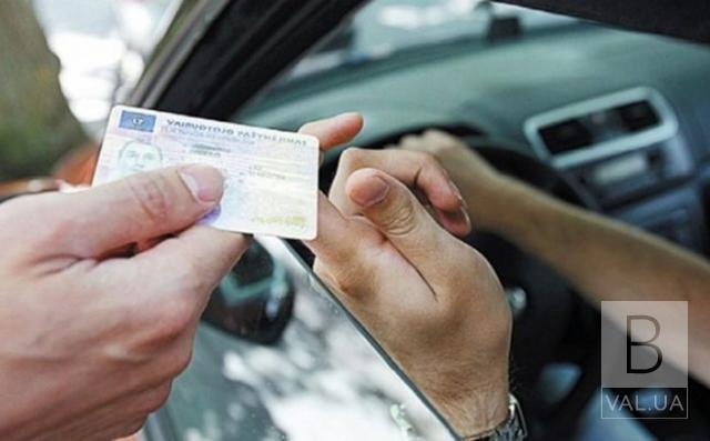 На київській трасі зупинили водія з підробленими правами