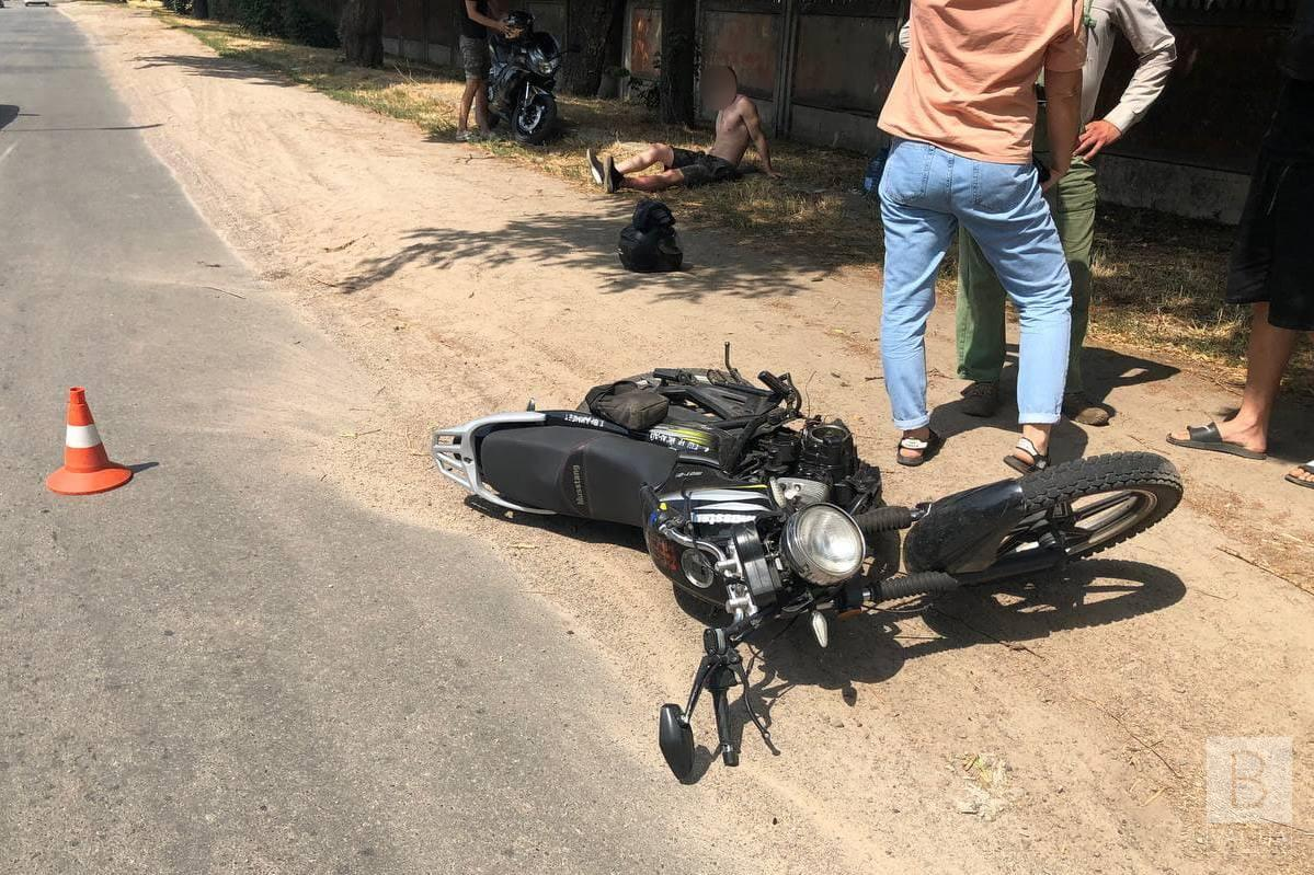 У Чернігові Mini Cooper зіткнувся з мотоциклом Musstang: пасажирка мотоциклу в лікарні. ФОТО