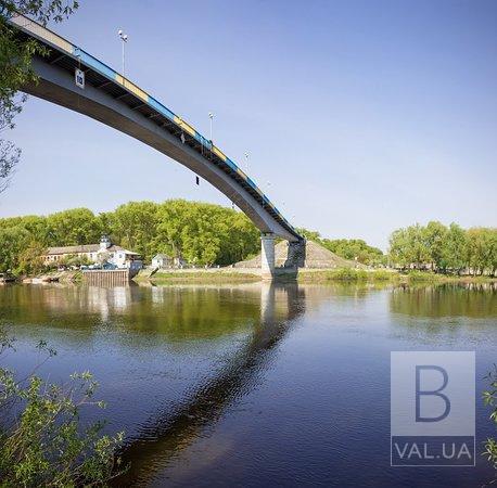 У Чернігові 26-річний чоловік стрибнув з пішохідного мосту
