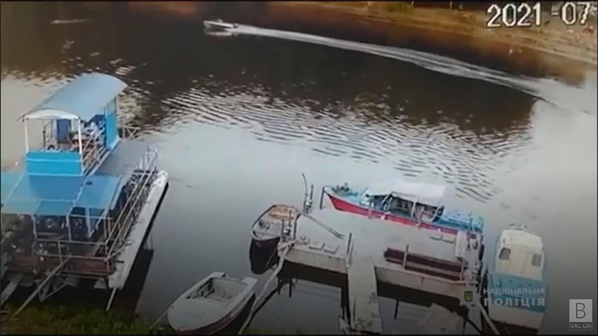 З'явилося відео наїзду моторного човна на чоловіка біля пішохідного мосту в Чернігові