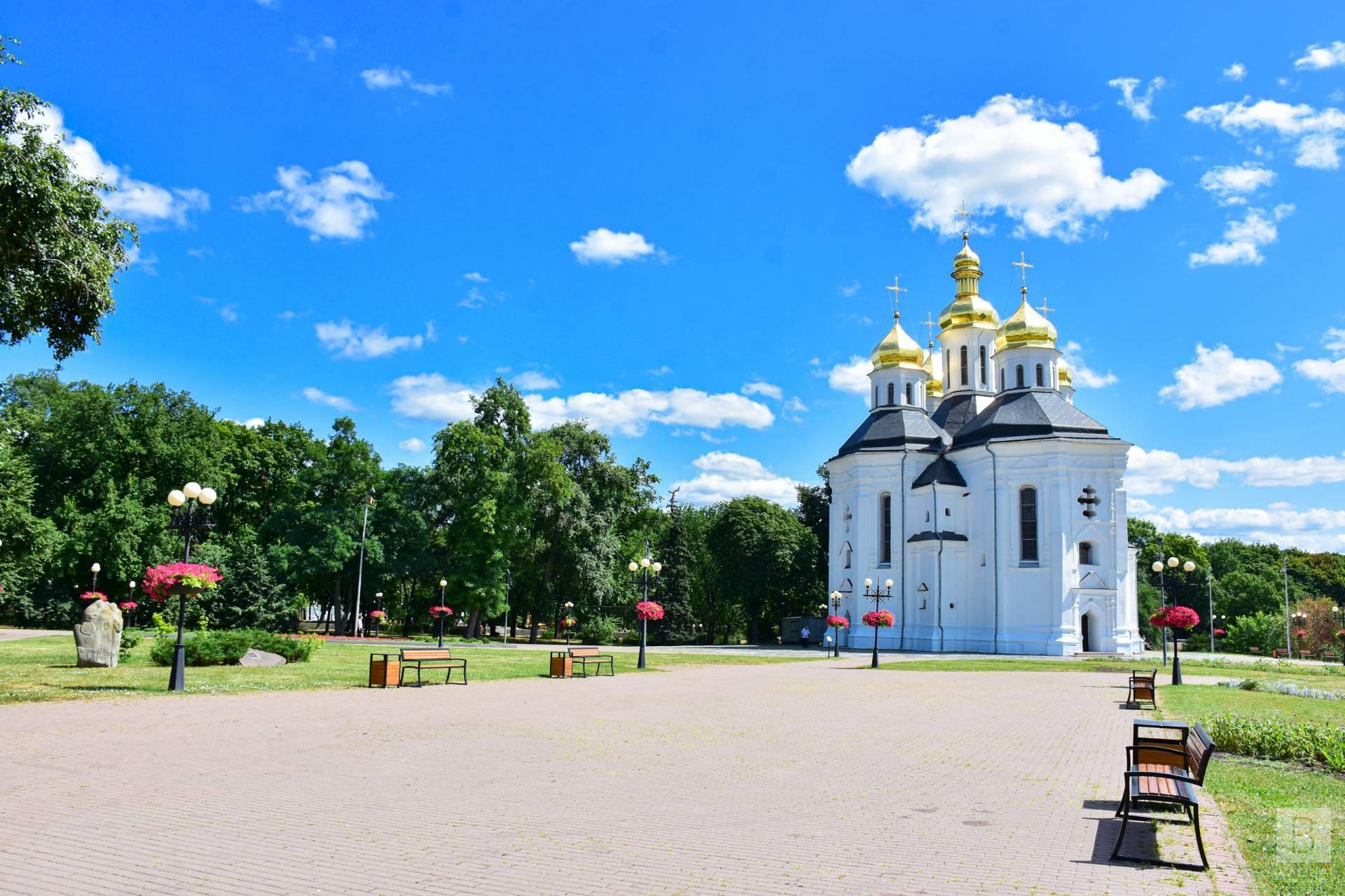 У Чернігові «причепурили» площу біля Катерининської церкви. ФОТО