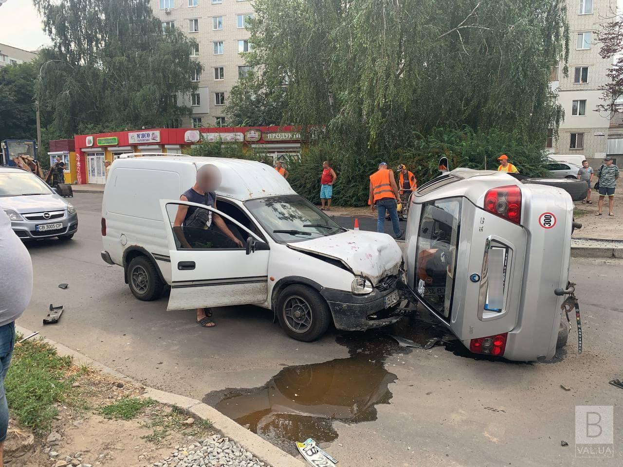 Потрійна ДТП у Чернігові: легковик перекинувся та врізався в автівку на протилежному боці вулиці. ФОТОфакт