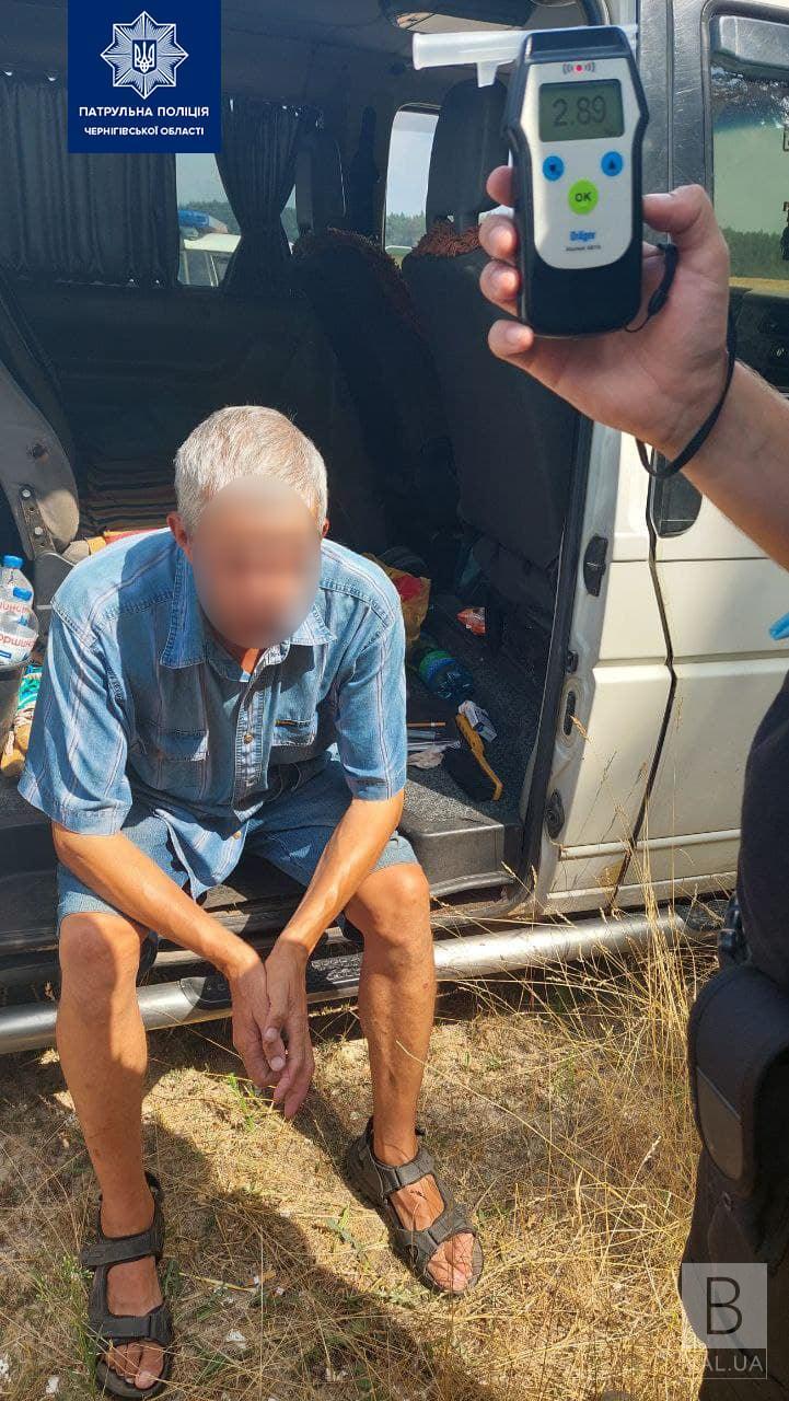 На київській трасі п'яний водій на мікроавтобусі намагався втекти від патрульних