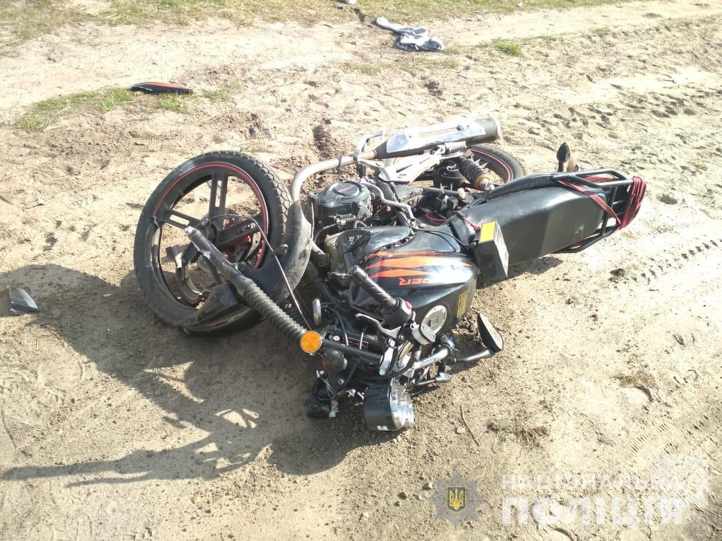 На Чернігівщині 23-річний п'яний мопедист врізався в купу піску. Він у реанімації