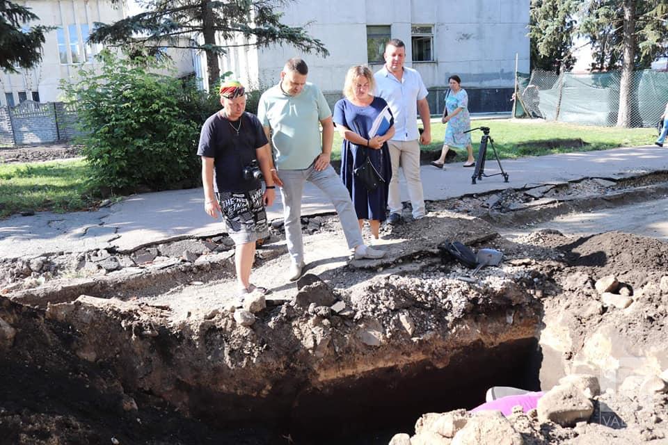 У Ніжині під час ремонту вулиці Гоголя знайшли фрагмент дерев'яної мостової XVIII століття та старовинну бруківку. ФОТО