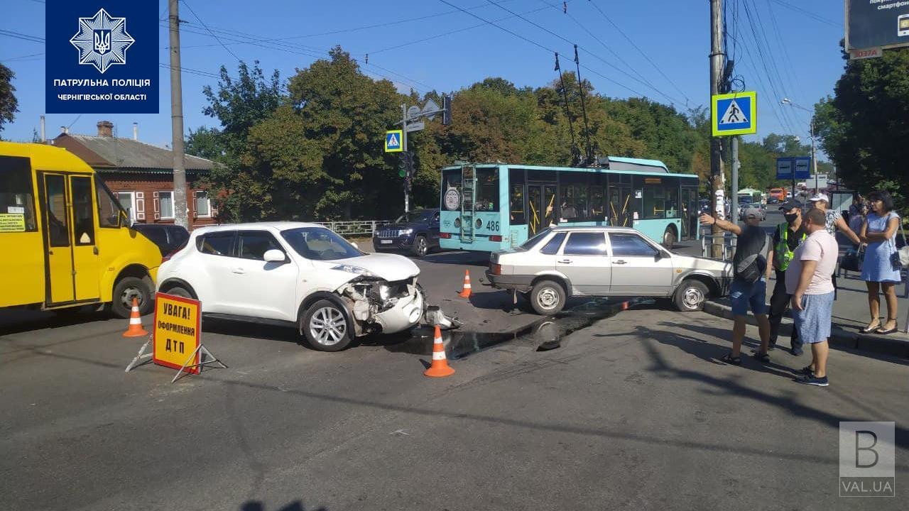 У Чернігові водій «Nissan Juke» перед поворотом ліворуч не пропустив «ВАЗ»