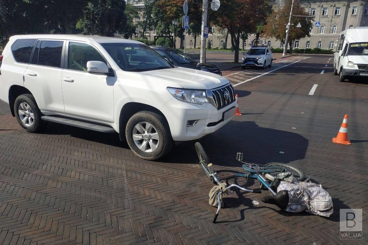 Біля Драмтеатру позашляховик збив велосипедиста