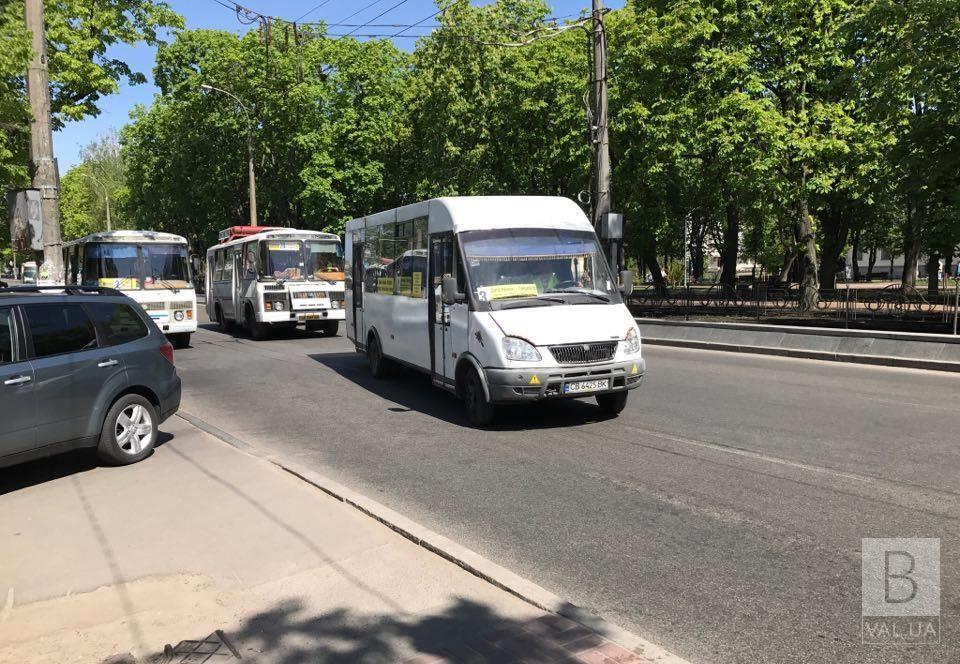 У Чернігові наступного тижня два автобуси повертаються на звичний маршрут, а чотири скорочують: як ходитиме транспорт