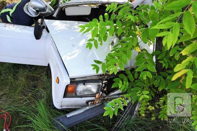 Легковик в'їхав у дерево на Чернігівщині: поліцейський – травмований, ще один чоловік загинув