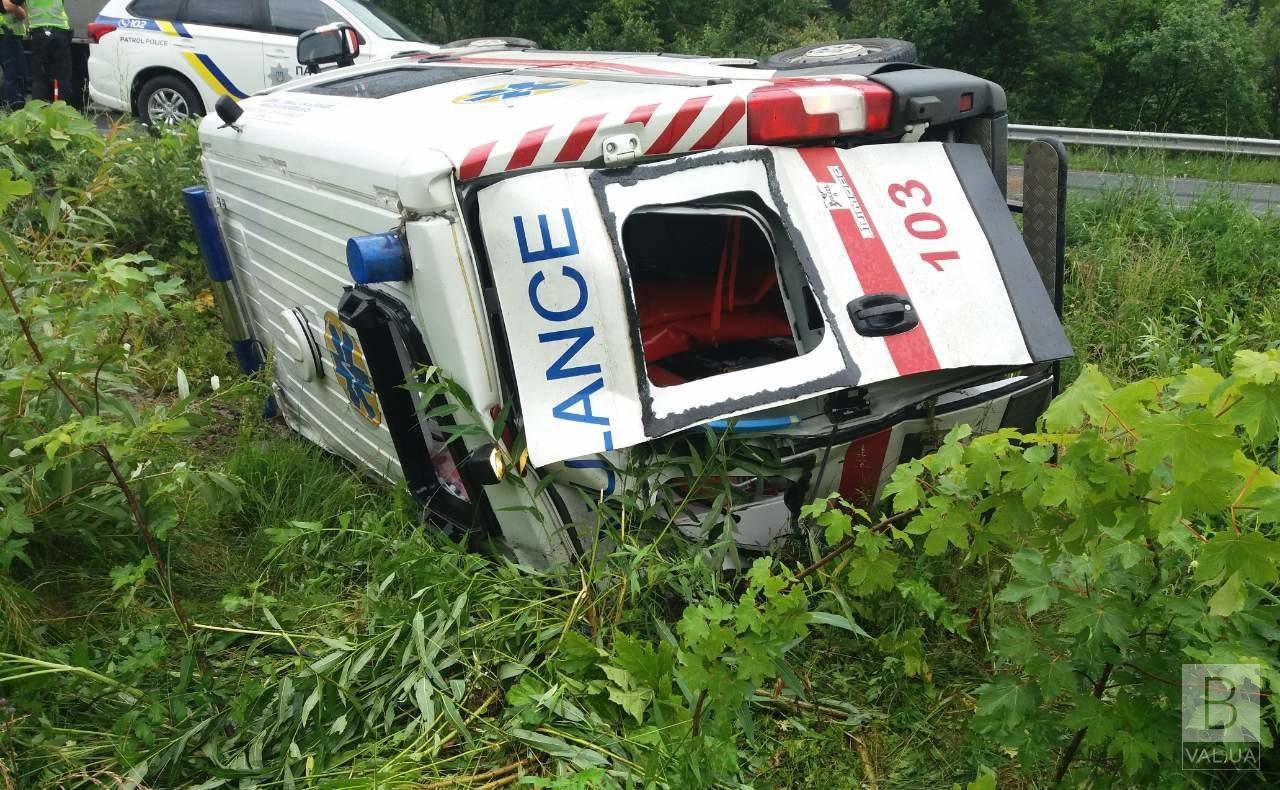 На Чернігівщині «швидка» злетіла у кювет: водій та фельдшер травмувалися